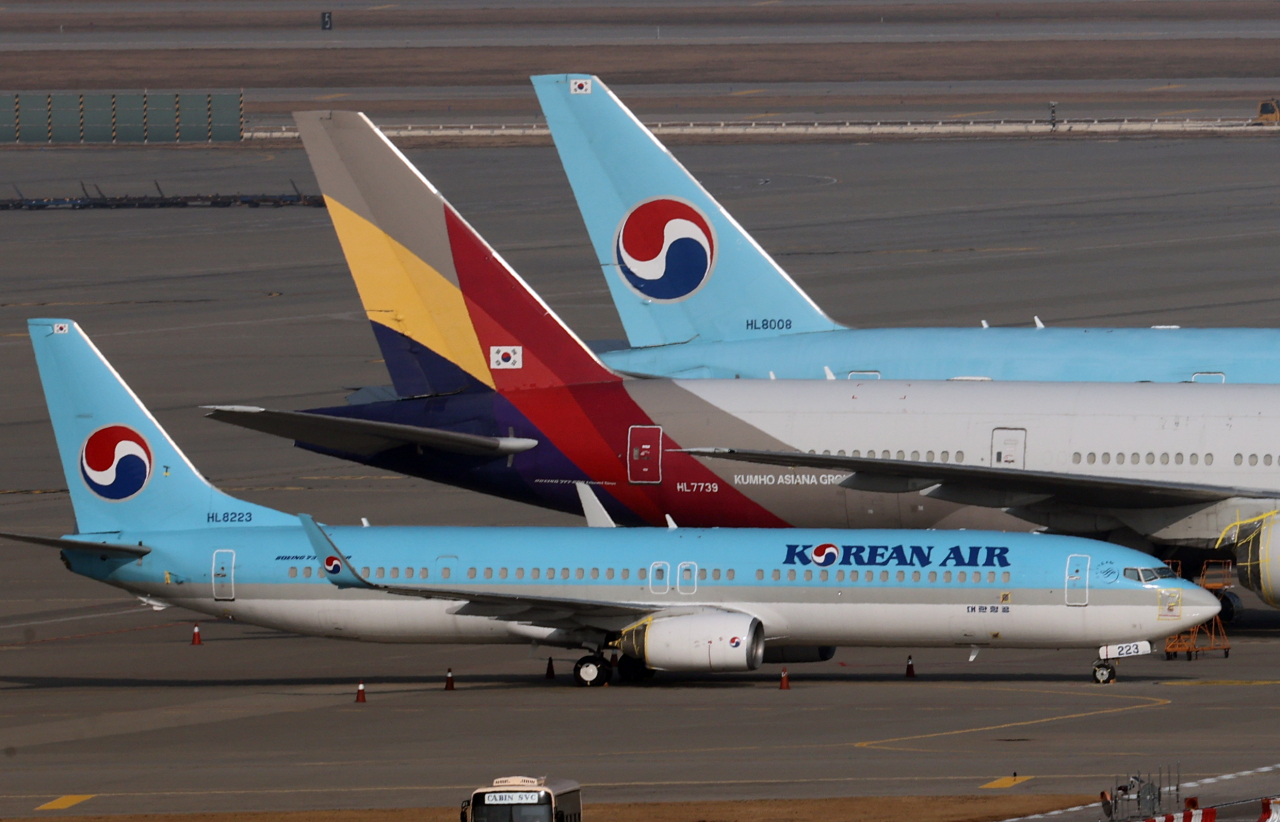 Aircrafts of Korean Air Lines and Asiana Airlines line up at Incheon International Airport on Monday. (Yonhap)