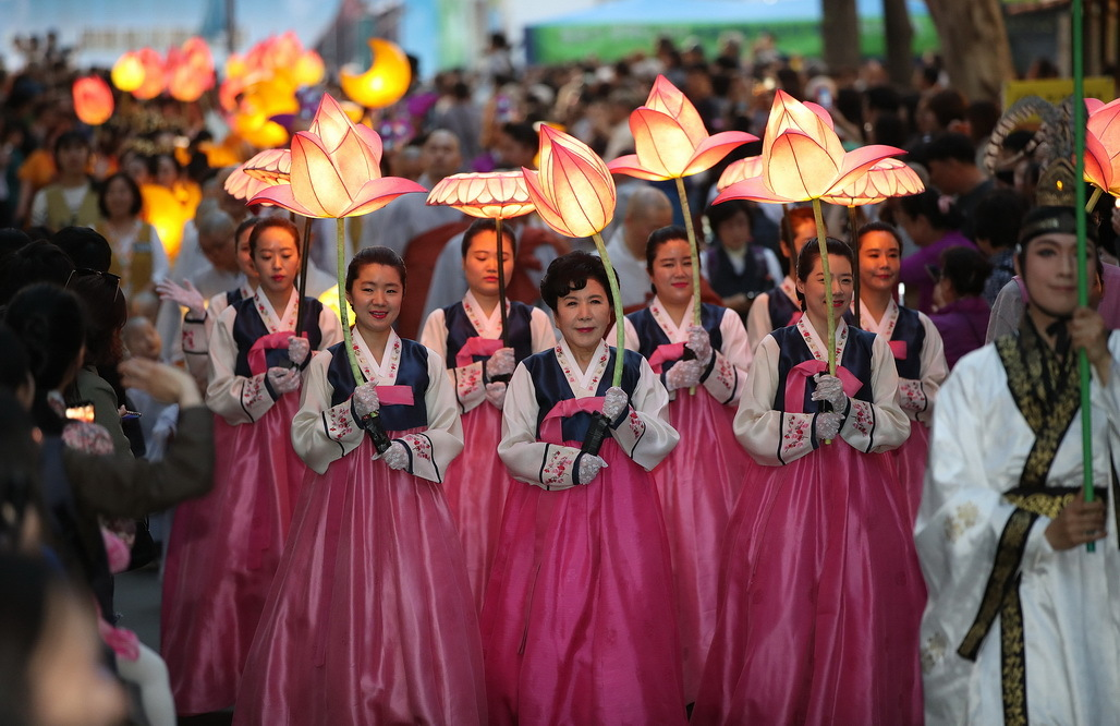 Participants holding lotus-shaped lanterns during a lantern lighting festival in central Seoul. (Yonhap)