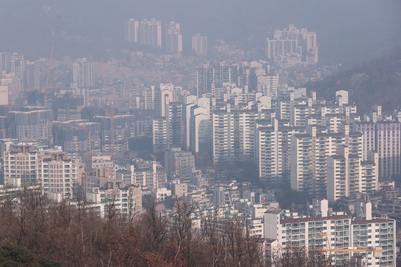 This photo, taken on Sunday, shows apartment buildings in western Seoul. (Yonhap)