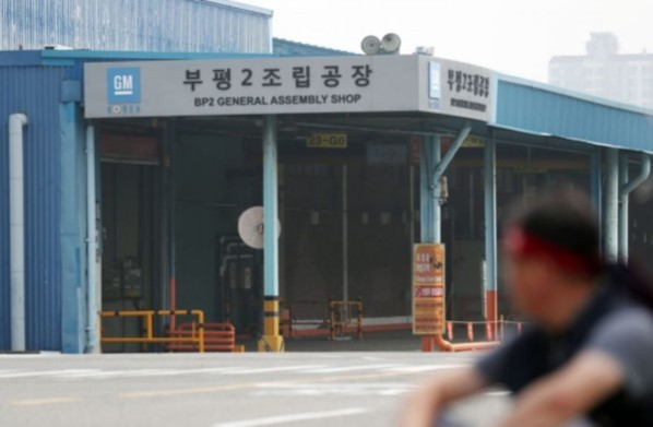A striking worker sits outside GM Korea's second plant in Bupyeong, Incheon. (Yonhap)
