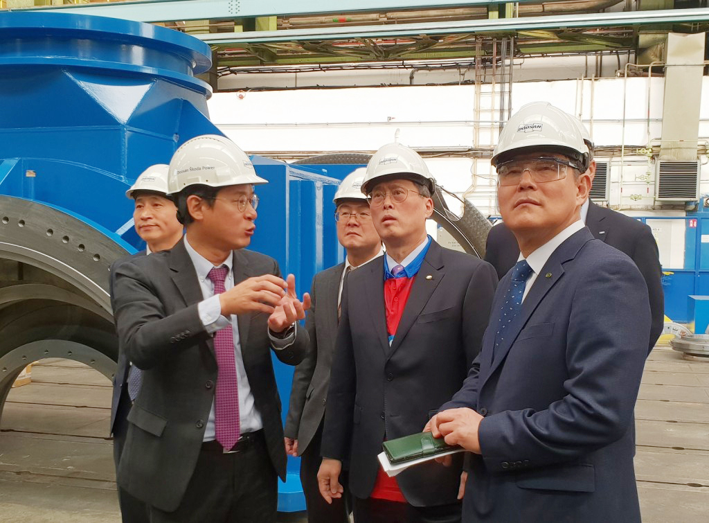 Korea Hydro & Nuclear Power President Chung Jae-hong (second from right) tours Sokota Power's plant in Plzen, the Czech Republic, on Nov. 29. (KHNP)