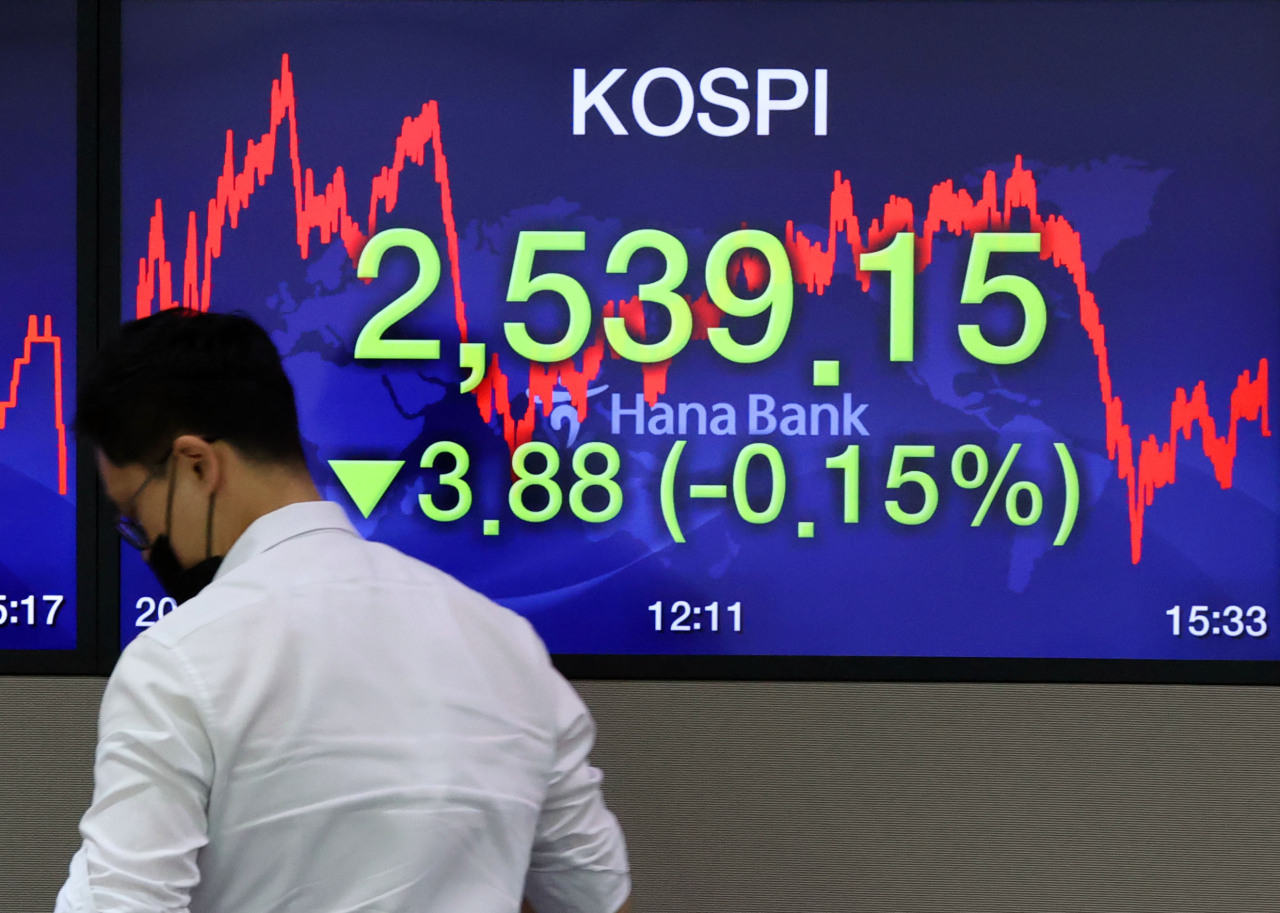 Electronic signboards at the trading room of Hana Bank in Seoul show the benchmark Kospi closed at 2,539.15 on Tuesday, down 3.88 points or 0.15 percent from the previous session's close. (Yonhap)