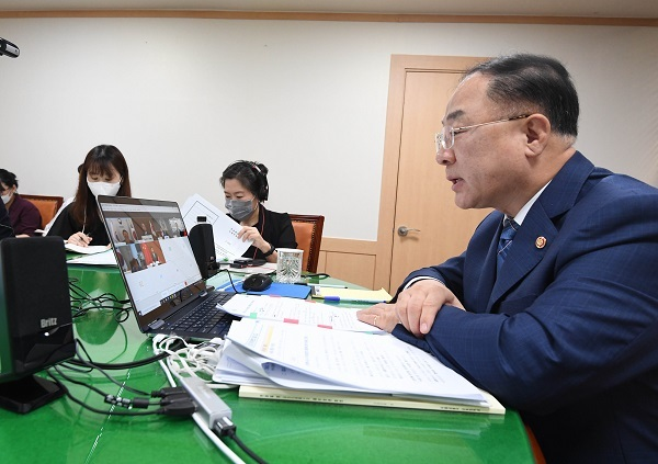 This photo, provided by the Ministry of Economy and Finance on Tuesday, shows Finance Minister Hong Nam-ki holding a conference call with global credit appraiser Standard & Poor's (S&P) for an annual meeting to assess the country's economic situation and credit status. (Ministry of Economy and Finance)