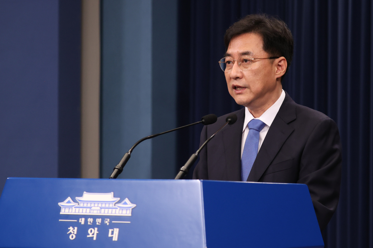 Cheong Wa Dae spokesperson Kang Min-seok announces plans for APEC and G20 summits on Tuesday. (Yonhap)