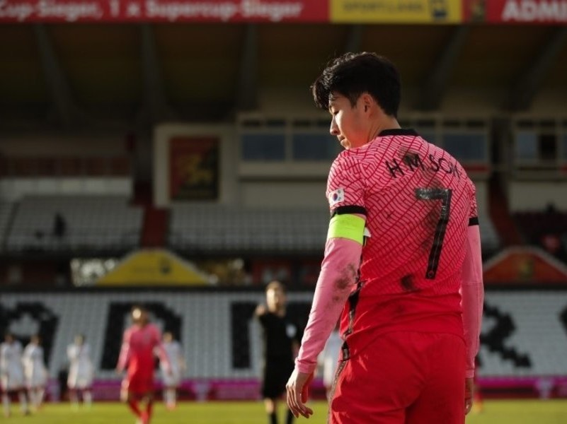 South Korean captain Son Heung-min is in action against Qatar in the teams' football friendly match at BSFZ Arena Admiral Stadium in Maria Enzersdorf, Austria, on Tuesday, in this photo provided by the Korea Football Association. (Korea Football Association)