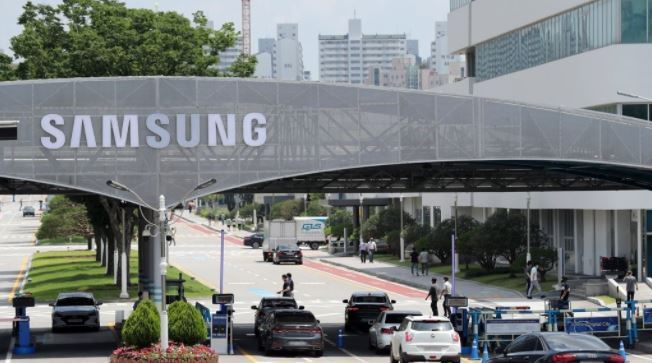 Entrance to Samsung Electronics Co.'s plant in Suwon, south of Seoul. (Yonhap)