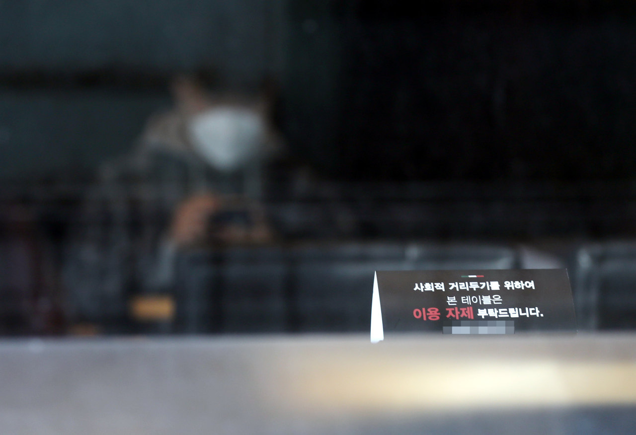 A social-distancing seating sign is put up at a cafe in Seoul. (Yonhap)