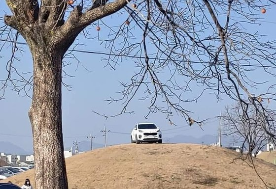 A photo of a white SUV parked atop a tomb in Gyeongju, North Gyeongsang Province, was posted on Bobaedream, a South Korean internet community for car lovers, Sunday. (Bobaedream)