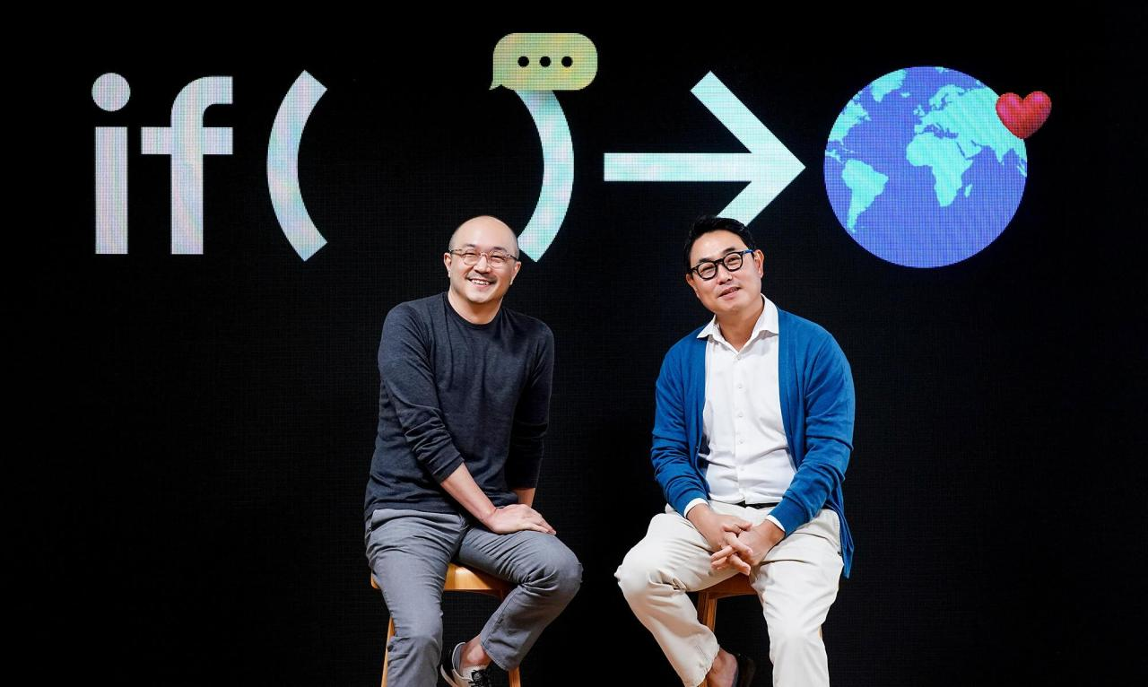 Kakao co-CEOs Cho Soo-yong (left) and Yeo Min-su pose for a picture during an online press conference held Wednesday. (Kakao)