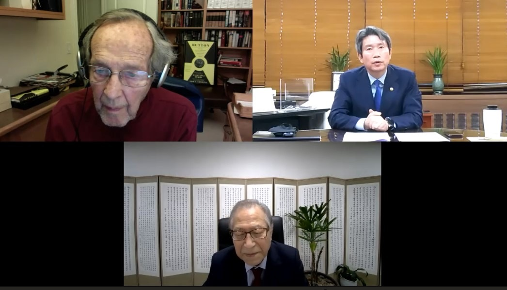 (Clockwise from top left corner) William Perry, former US Defense Secretary, Lee In-young, Unification Minister and Jeong Se-hyun, executive vice chairperson of the presidential National Unification Advisory Council, speak during a virtual meeting on Wednesday. (Unification Ministry)
