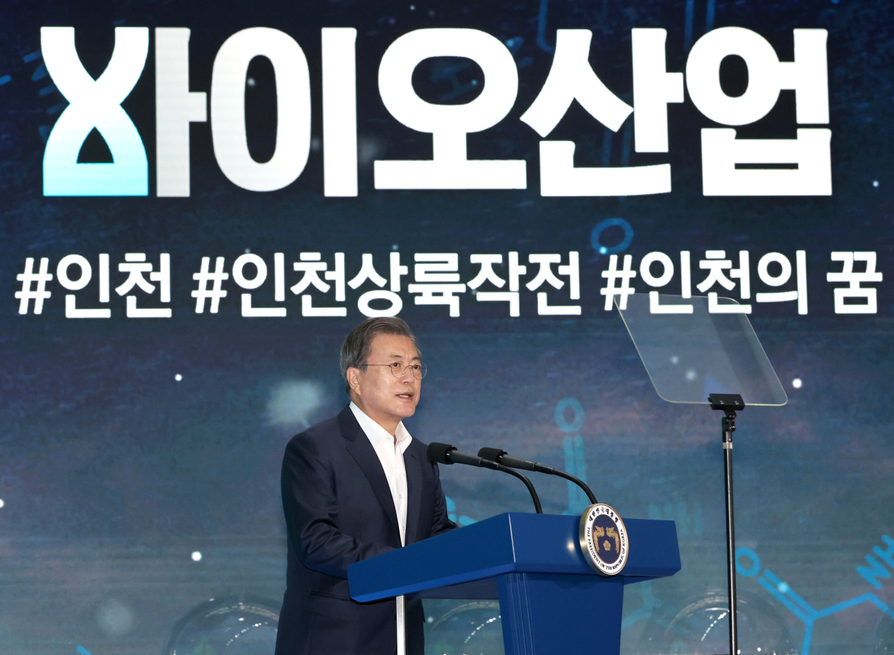 President Moon Jae-in expresses appreciation for Samsung Biologics` 1.7 trillion won and Celltrion`s 500 billion won investments in biologics industry, promises 1.7 trillion won national budget for biohealth industry in 2021, at a memorandum of understanding ceremony held at Yonsei University Global Campus in Songdo, Incehon, on Wednesday. (Yonhap)