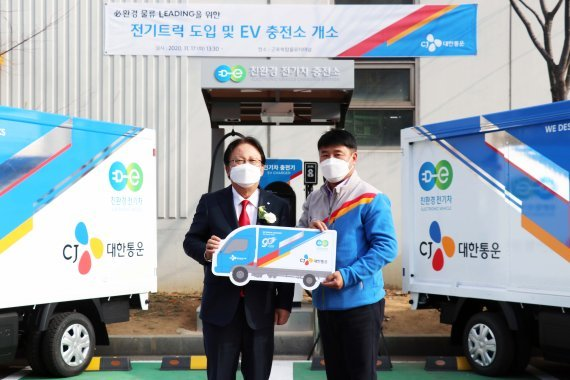 CJ Logistics Vice Chairman Park Keun-hee (left) pose with an employee at the company's logistics terminal in Gunpo, Gyeonggi Province, Tuesday. (CJ Logistics)