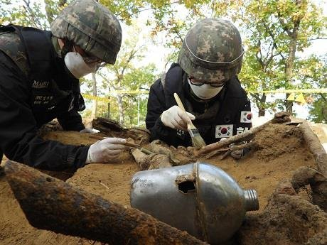 South Korean troops excavate the remains and items believed to be from soldiers killed in the 1950-53 Korean War at Arrowhead Ridge in the central section of the Demilitarized Zone separating the two Koreas. (Ministry of National Defense)