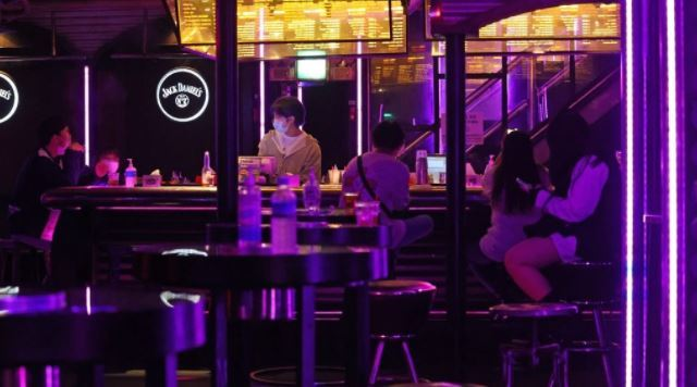 A nightclub in Seoul is relatively empty on Thursday, when Level 1.5 social distancing takes effect. (Yonhap)
