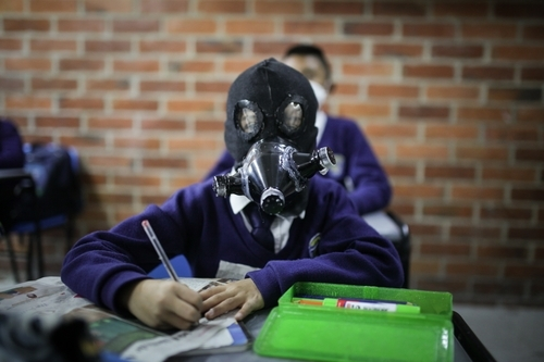 A student wearing a handmade gas mask in class. (Juancho Torres of Colombian newswire Agencia Anadolu)