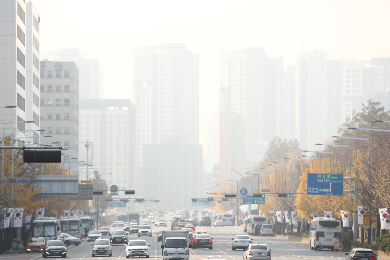 Downtown Seoul is filled with fine dust Monday as South Korea`s air quality is under the effect of China increasing its industrial production rate and household heating. (Yonhap)