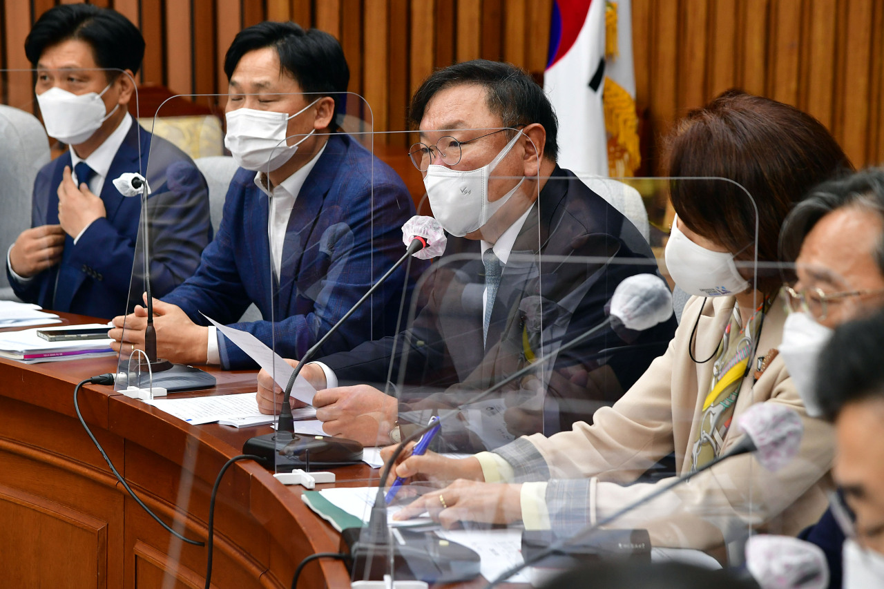 Democratic Party Floor leader Kim Tae-nyeon (third from left) speaks during the party's policy meeting at the National Assembly on Thursday. (Yonhap)