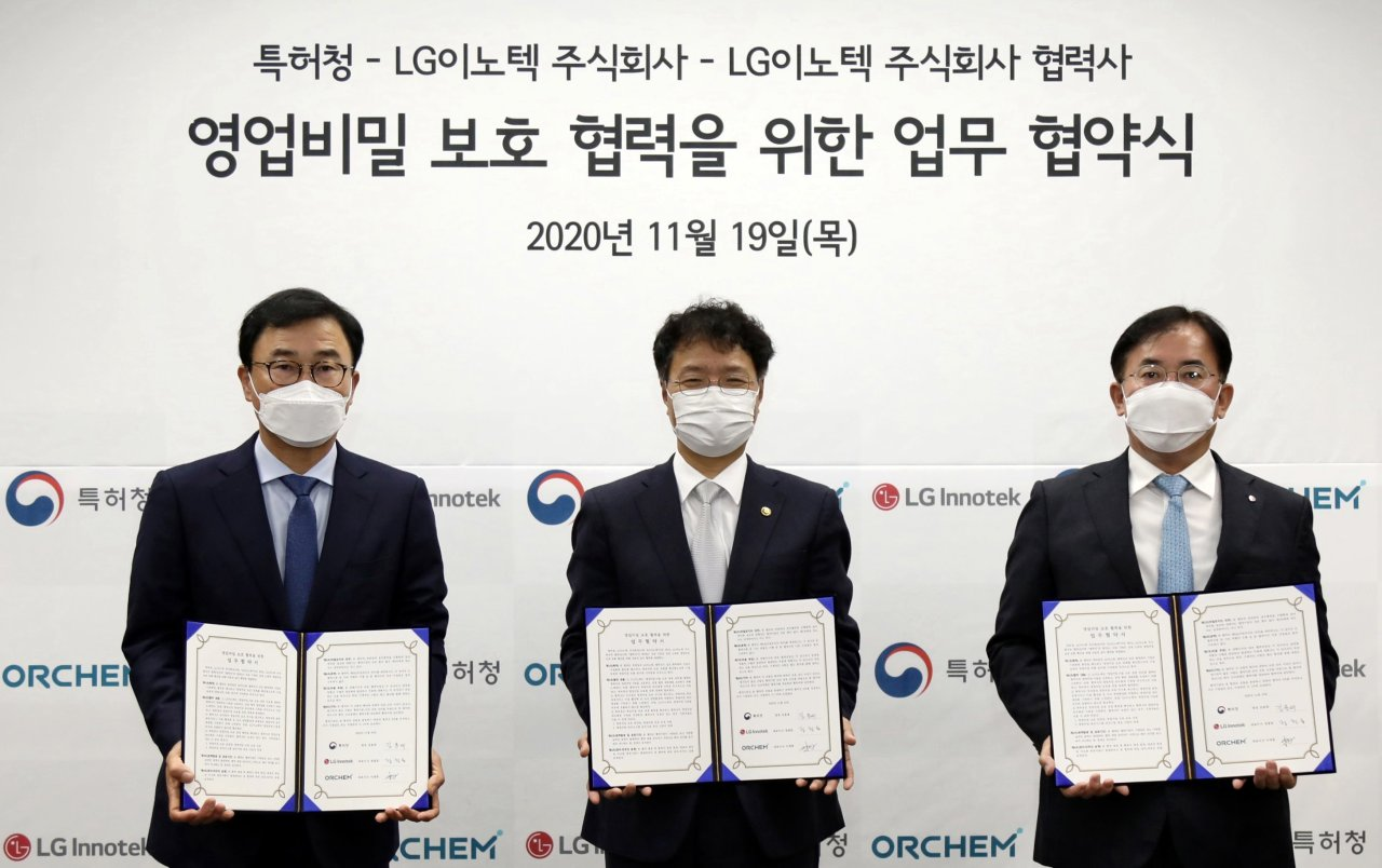 From left, ORChem CEO Lee Jae-hyun, Korean Intellectual Property Office Commissioner Kim Yong-rae and LG Innotek CEO Jeong Cheol-dong pose for a picture during a signing ceremony at LG Science Park in Seoul on Thursday. (LG Innotek)