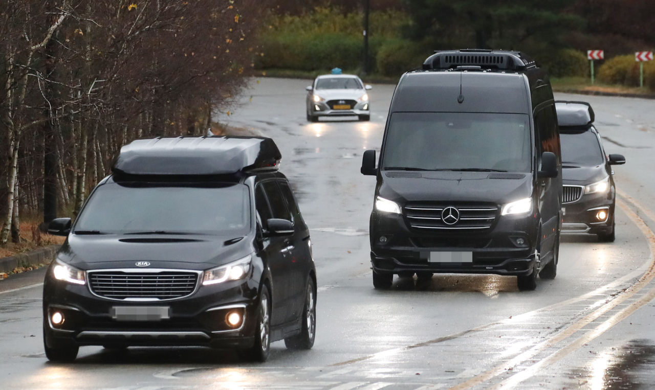 A motorcade enters Samsung Group family's graveyard in Yongin, Gyeonggi Province, Thursday to mark the 33rd anniversay of founder Lee Byung-chull's death. (Yonhap)