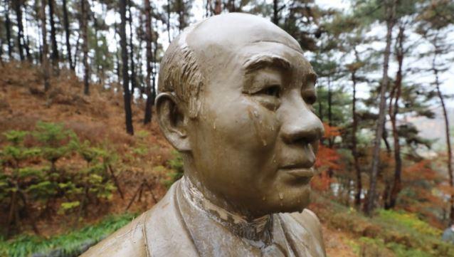 Damage to the neck of a statue of former President Chun Doo-hwan in Cheongnamdae in Cheongju, 140 kilometers south of Seoul. (Yonhap)