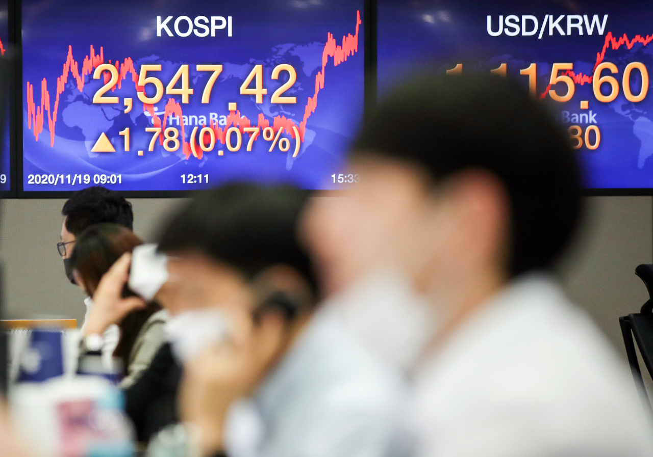 Electronic signboards at the trading room of Hana Bank in Seoul show the benchmark Kospi closed at 2,547.42 on Thursday, up 1.78 points or 0.07 percent from the previous session's close. (Yonhap)