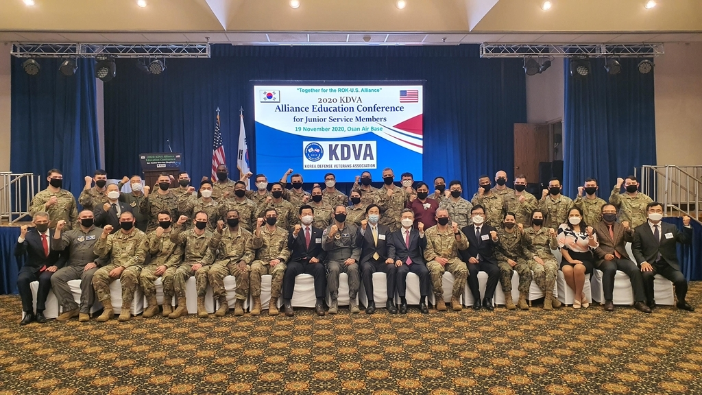 American service members and officials pose for a photo after a conference on the Korea-US alliance held at Osan Air Base in the city of Pyeongtaek, Gyeonggi Province, and hosted by the Korea Defense Veterans Association (KDVA) on Thursday. (Korea Defense Veterans Association)