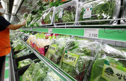 This photo, taken on Oct. 11, shows the vegetable section at a large discount store in Seoul. (Yonhap)