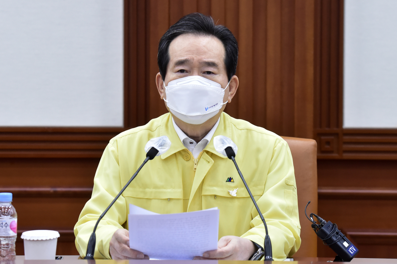 This file photo shows Prime Minister Chung Sye-kyun presiding over a meeting of the Central Disaster and Safety Countermeasures Headquarters at the government complex in Seoul on Tuesday, to discuss measures to contain the new coronavirus. (Yonhap)