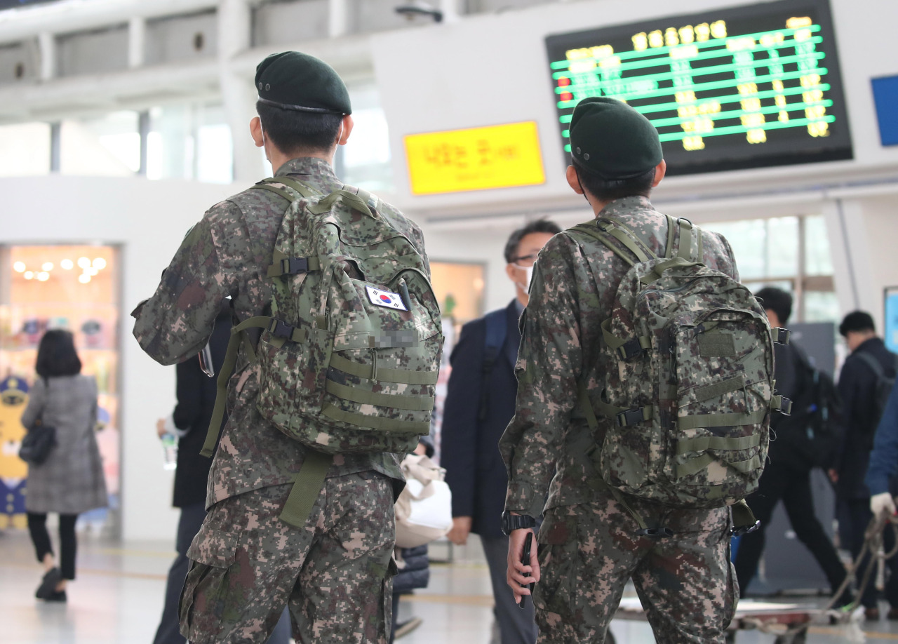Service members look at a screen with information at Seoul Station on Tuesday. (Yonhap)
