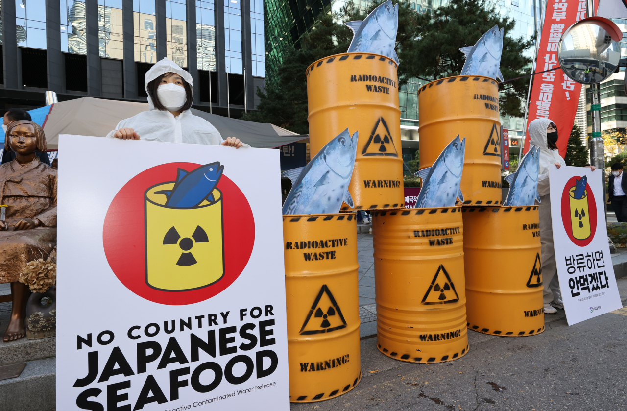 Activists stage a campaign against Japan's envisioned plan to discharge into the sea the contaminated water from its wrecked Fukushima nuclear plant in front of the former site of the Japanese Embassy in Seoul, located in Seoul's central Jongno district, on Nov. 9. (Yonhap)