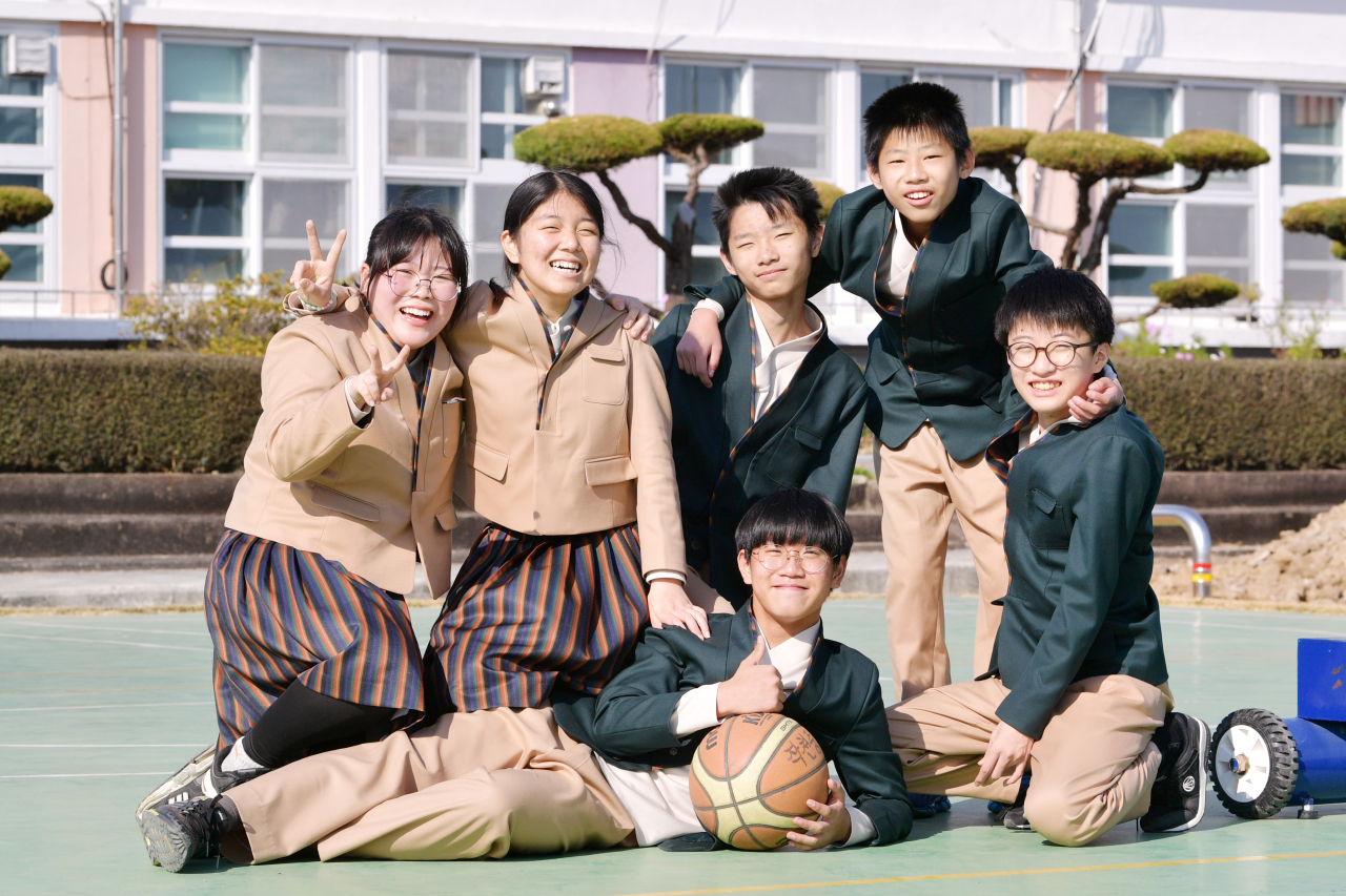 Jakcheon Middle School students pose wearing a hanbok-inspired uniform at a basketball court in South Jeolla Province (Ministry of Culture, Sports and Tourism)