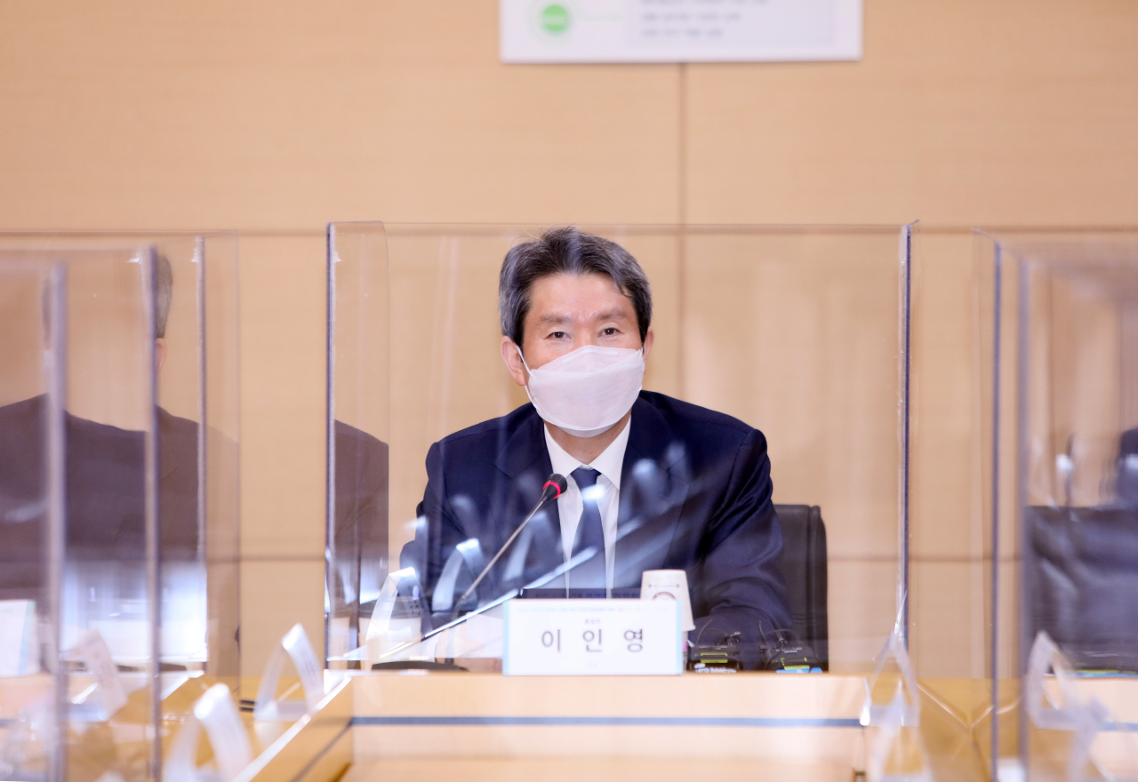 Unification Minister Lee In-young speaks during a meeting with medical experts at the National Cancer Center in Goyang, near Seoul, on Friday. (Yonhap)