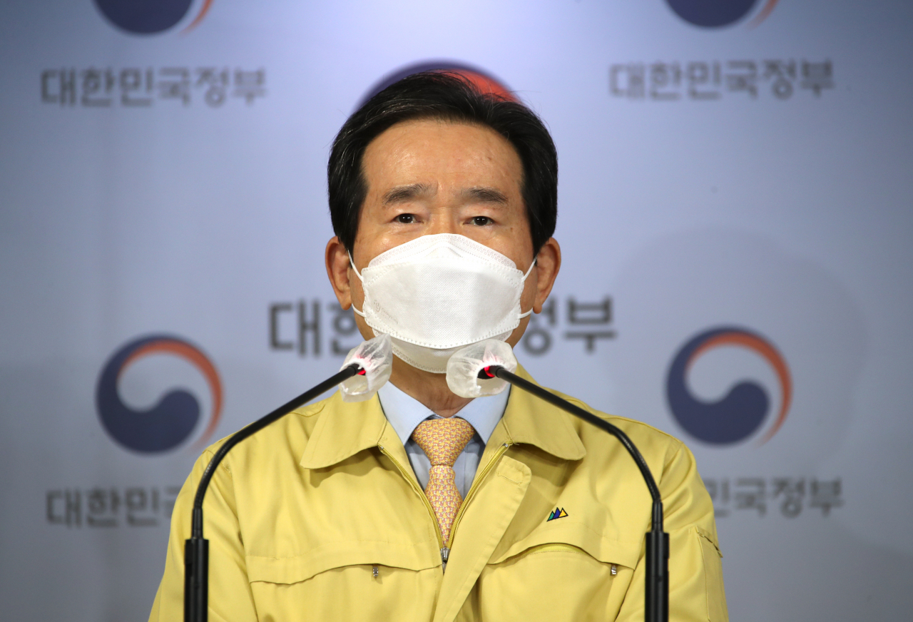 Prime Minister Chung Sye-kyun delivers a live address to the nation on Friday, asking the public to refrain from nonessential social gatherings as the country braces for another potential wave of the pandemic. (Yonhap)