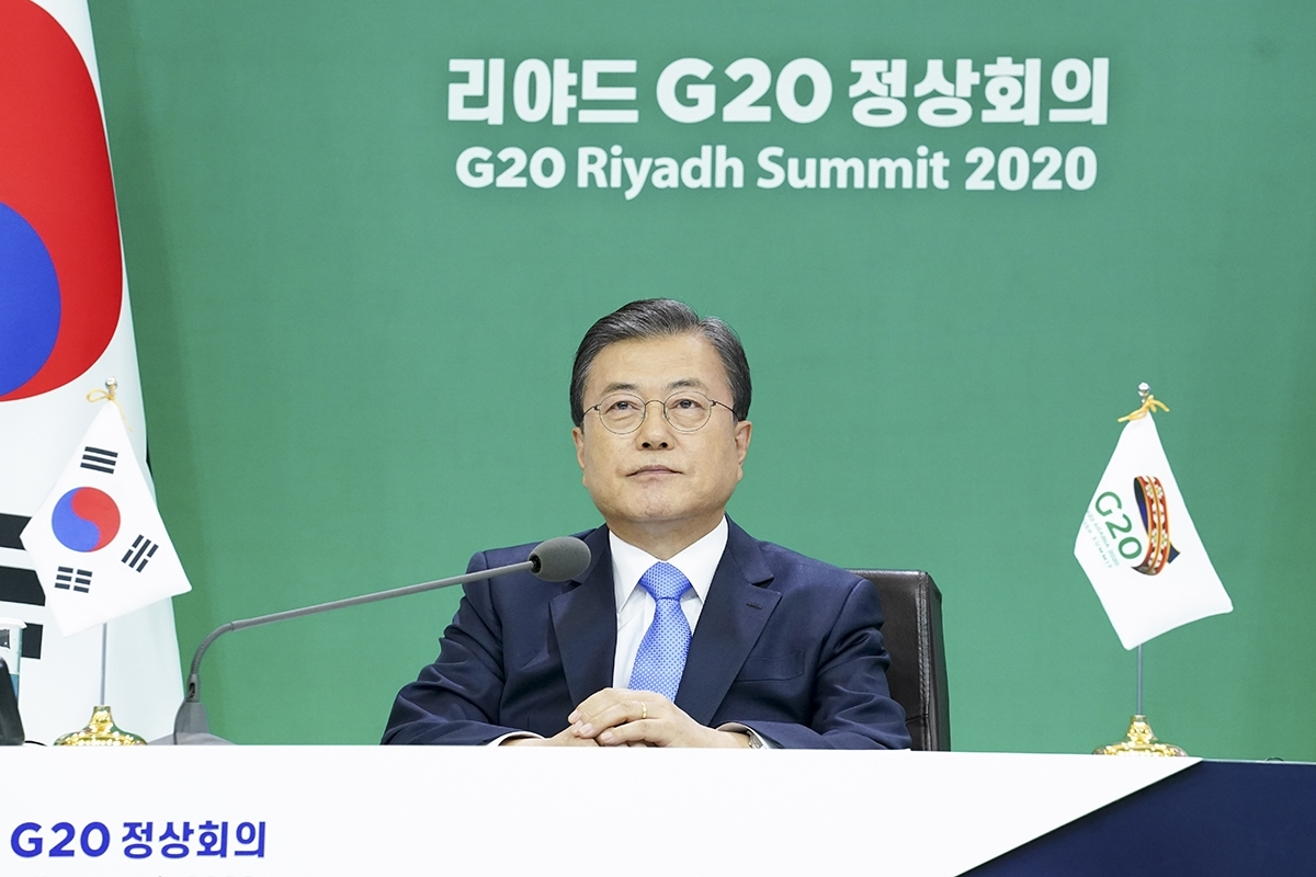 South Korean President Moon Jae-in takes part in the virtual summit of the Group of 20 leaders, chaired by Saudi Arabia, at Cheong Wa Dae in Seoul on Saturday. (Yonhap)