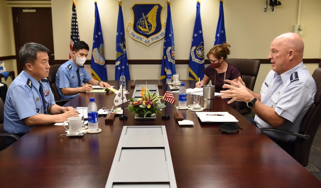 Air Force Chief of Staff Gen. Lee Seong-yong (L) and US chief of space operations Gen. John Raymond (R) hold talks at the US Pacific Air Forces Command in Hawaii on Thursday. (Republic of Korea Air Force)