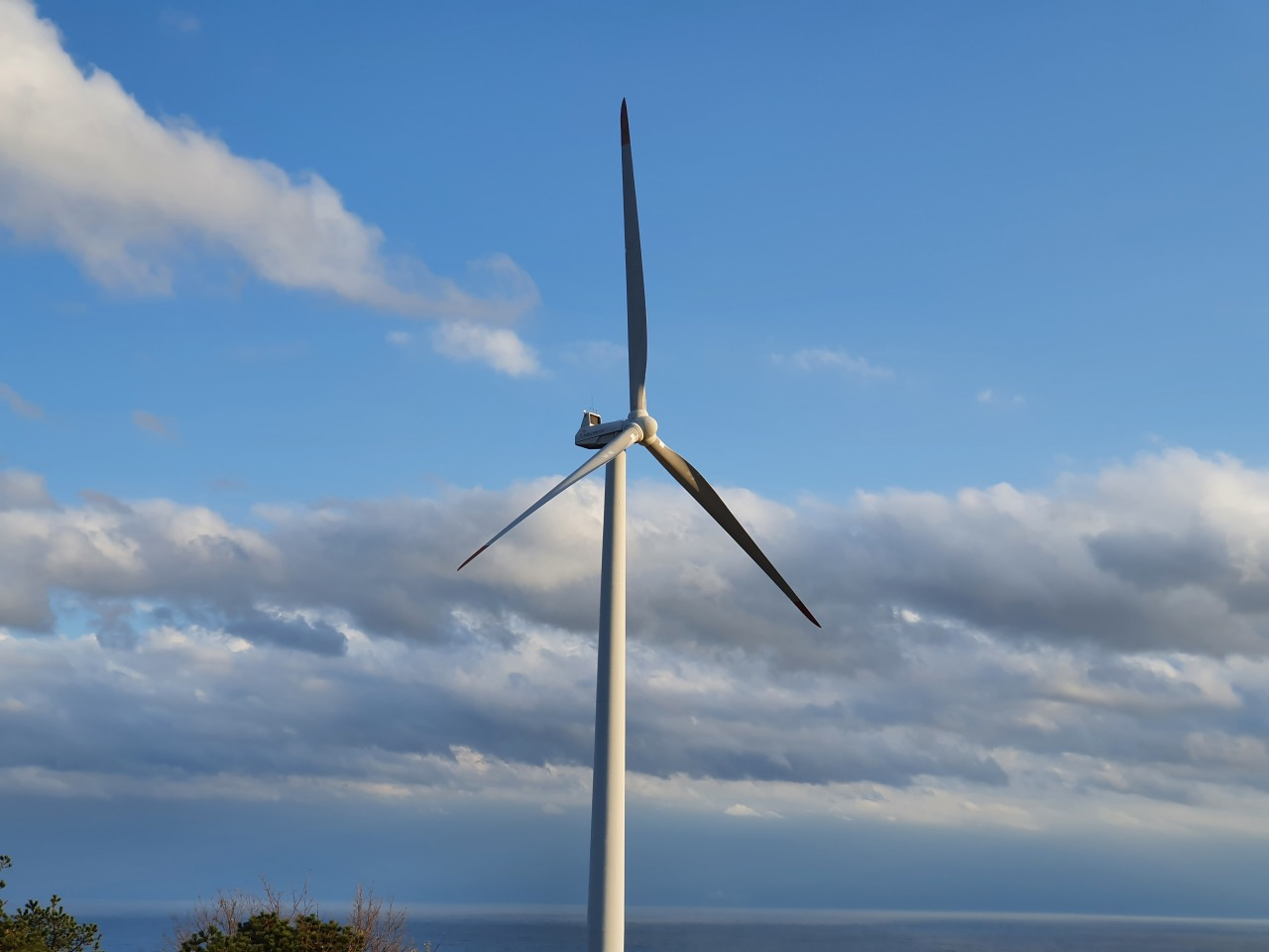 Unison's 1.65-megawatt wind turbine (Kim Byung-wook/The Korea Herald)