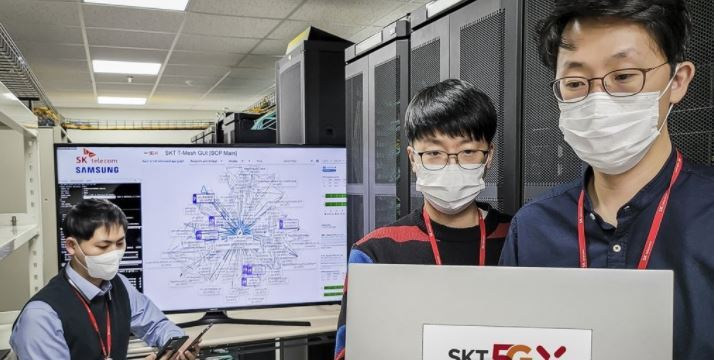 Researchers from SK Telecom Co. test its next-generation cloud native core network, which it co-developed with Samsung Electronics Co., at a laboratory in Seongnam, south of Seoul. (SK Telecom Co.)