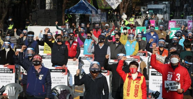 Participants chanting slogans during a rally organized by the Korean Confederation of Trade Unions in Yeouido, southern Seoul on Nov. 14. (Yonhap)