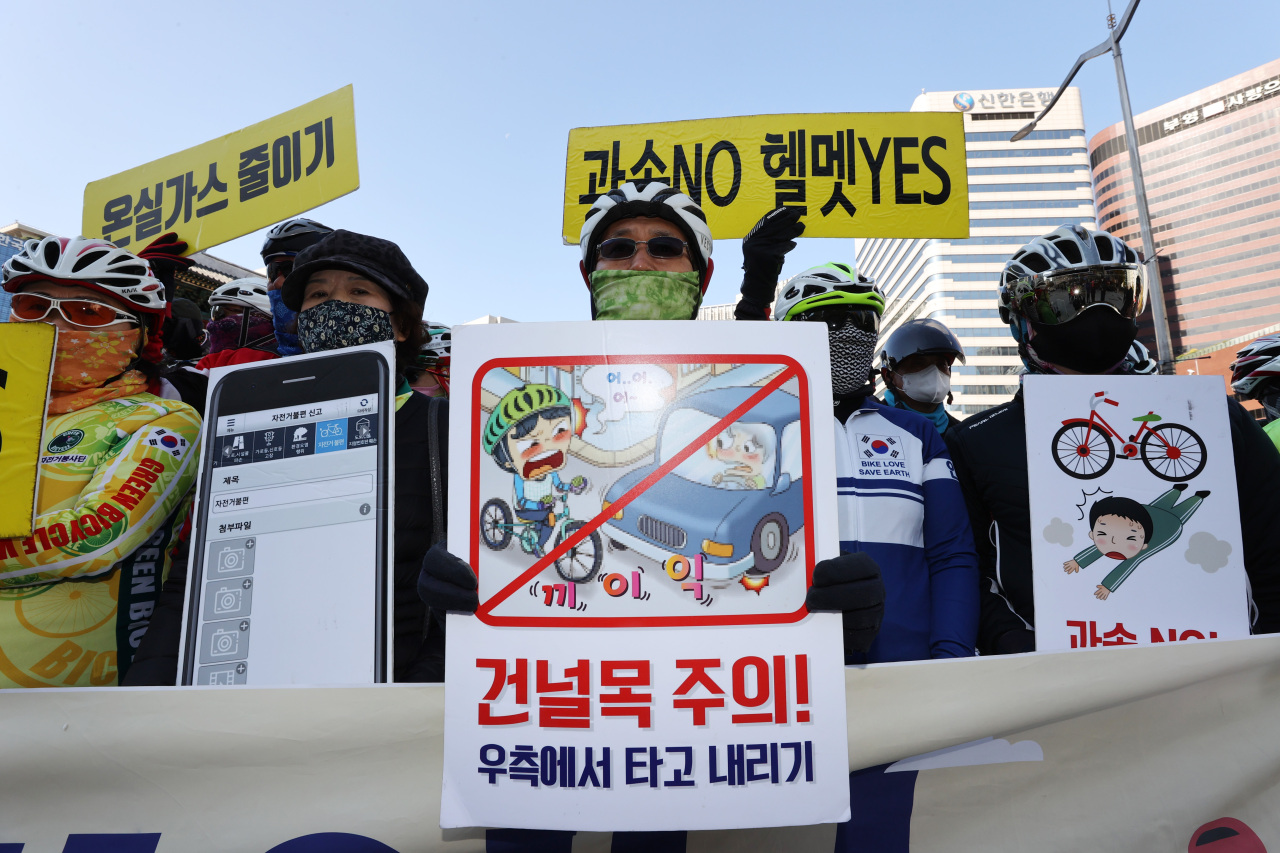 Civic groups hold a press conference in Seoul on Nov. 9, urging the government to come up with safety measures for allowing electric scooters to be ridden on cycling paths. (Yonhap)