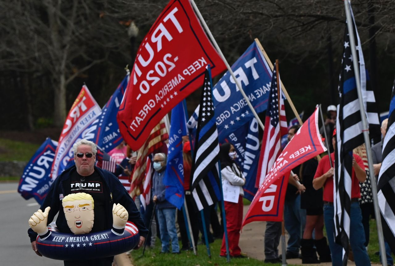 Supporters of US President Donald Trump wait in line after playing golf in Sterling, Virginia on Saturday. (AFP-Yonhap)