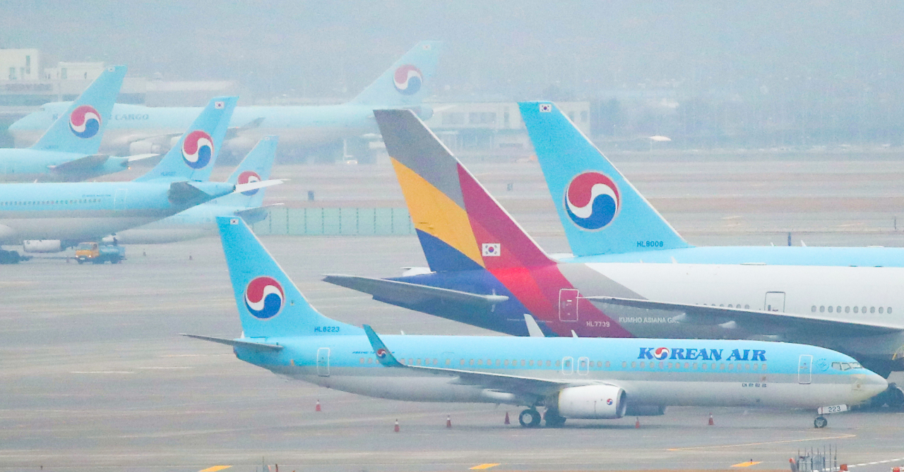 Aircrafts of Korean Air Lines and Asiana Airlines line up at Incheon International Airport on Wednesday. (Yonhap)