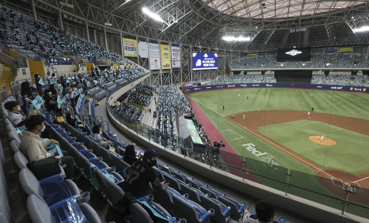 Crowd at a baseball game held at Gocheok Sky Dome in Seoul (Yonhap)