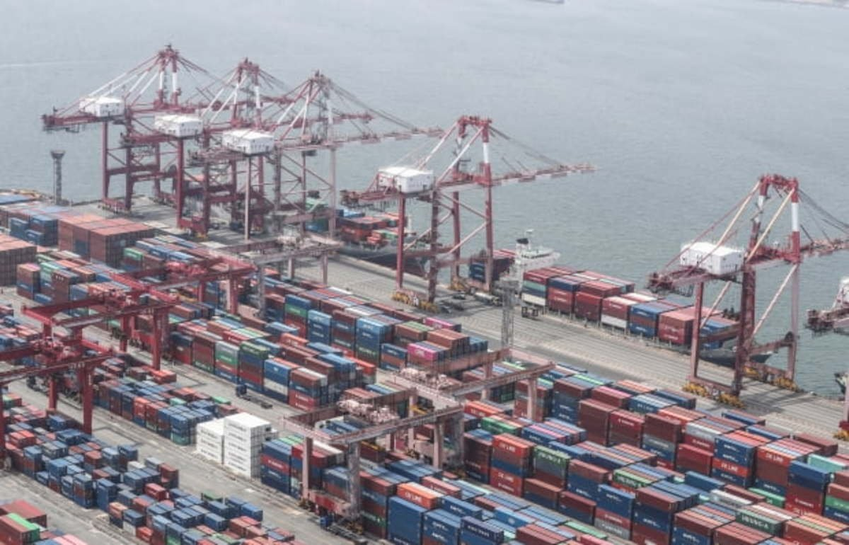 This file photo, taken on June 1, shows stacks of import-export cargo containers at South Korea's largest seaport in Busan, 450 kilometers southeast of Seoul. (Yonhap)