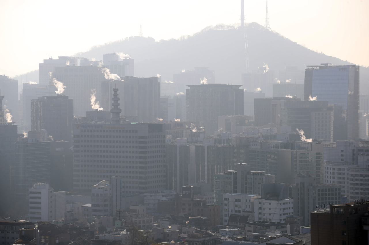 Vapor from heating being released from buildings in central Seoul on Monday. (Yonhap)