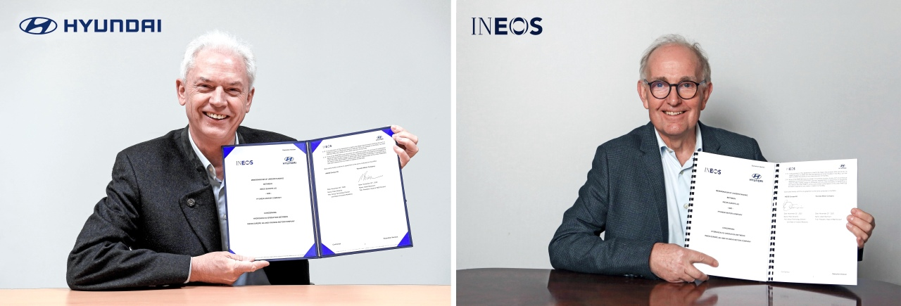 Albert Biermann (left), president of Hyundai Motor's R&D division, and Peter Williams, chief technology officer of Ineos, pose for a photo after signing an agreement at an online business agreement ceremony on Friday. (Hyundai Motor)