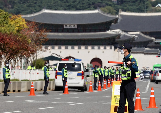 Police officers stand in line to prevent protesters' possible access to Gwanghwamun Square in Seoul on Oct. 9. (Yonhap)