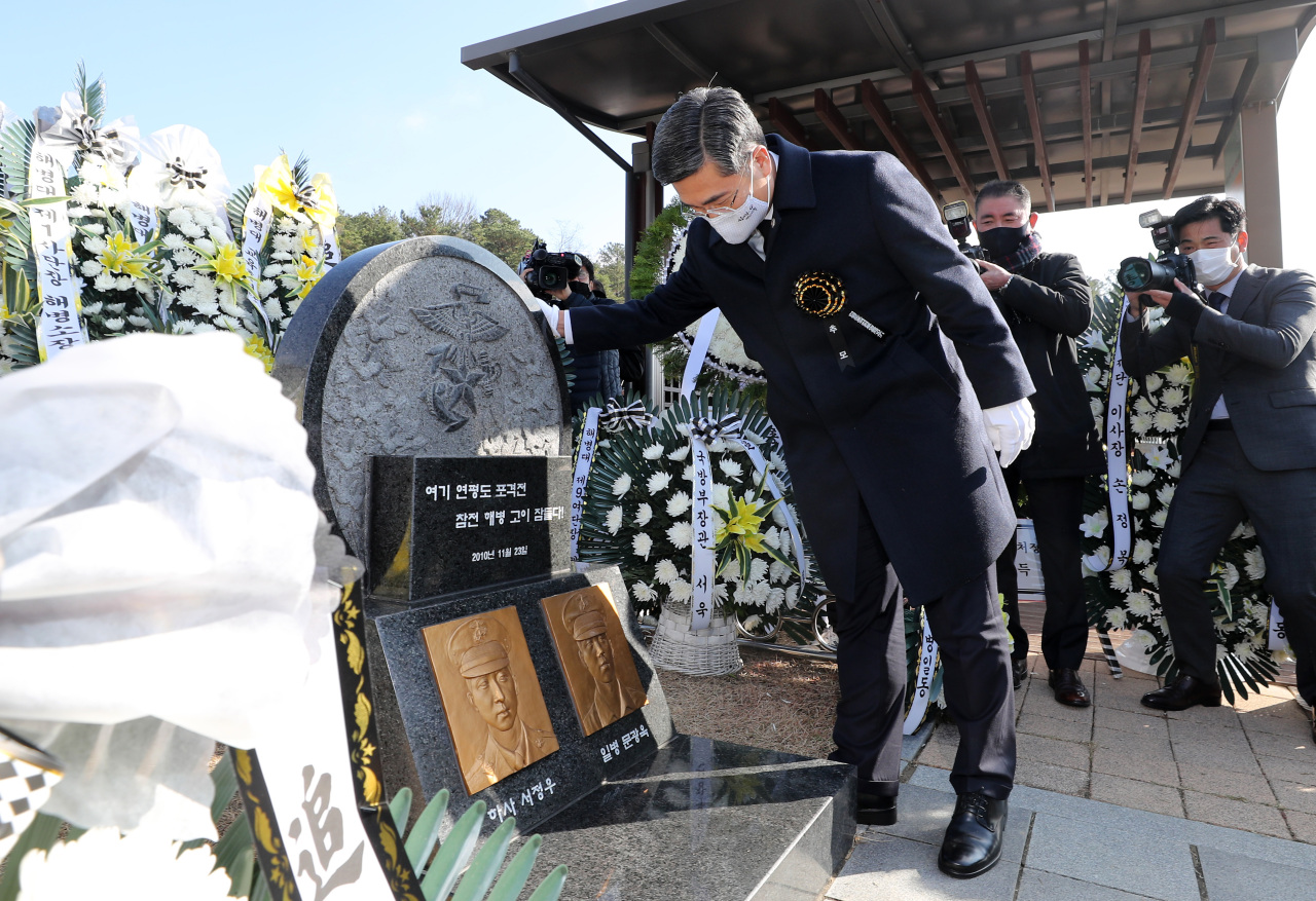 Defense Minister Suh Wook pays tribute to the late Marines killed during North Korea's shelling attack of Yeonpyeong Island near the tense western maritime border during a memorial ceremony held at the national cemetery in the central city of Daejeon to mark the 10th anniversary of the incident on Monday. (Yonhap)