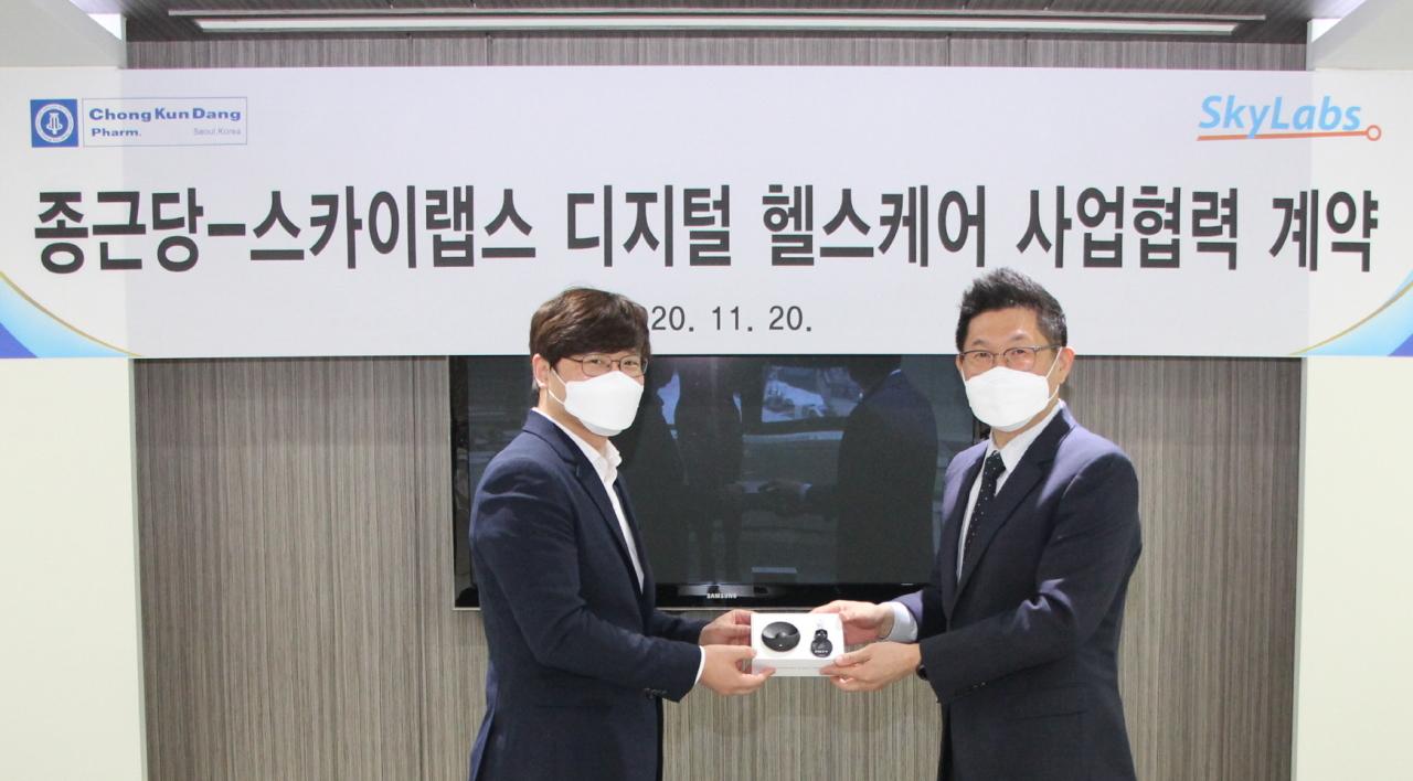 SkyLabs CEO Lee Byung-hwan (left) and Chong Kun Dang CEO Kim Young-joo strike a deal for CART domestic sales right at Chong Kun Dang headquarters in Seodaemun-gu, Seoul, Friday (SkyLabs)