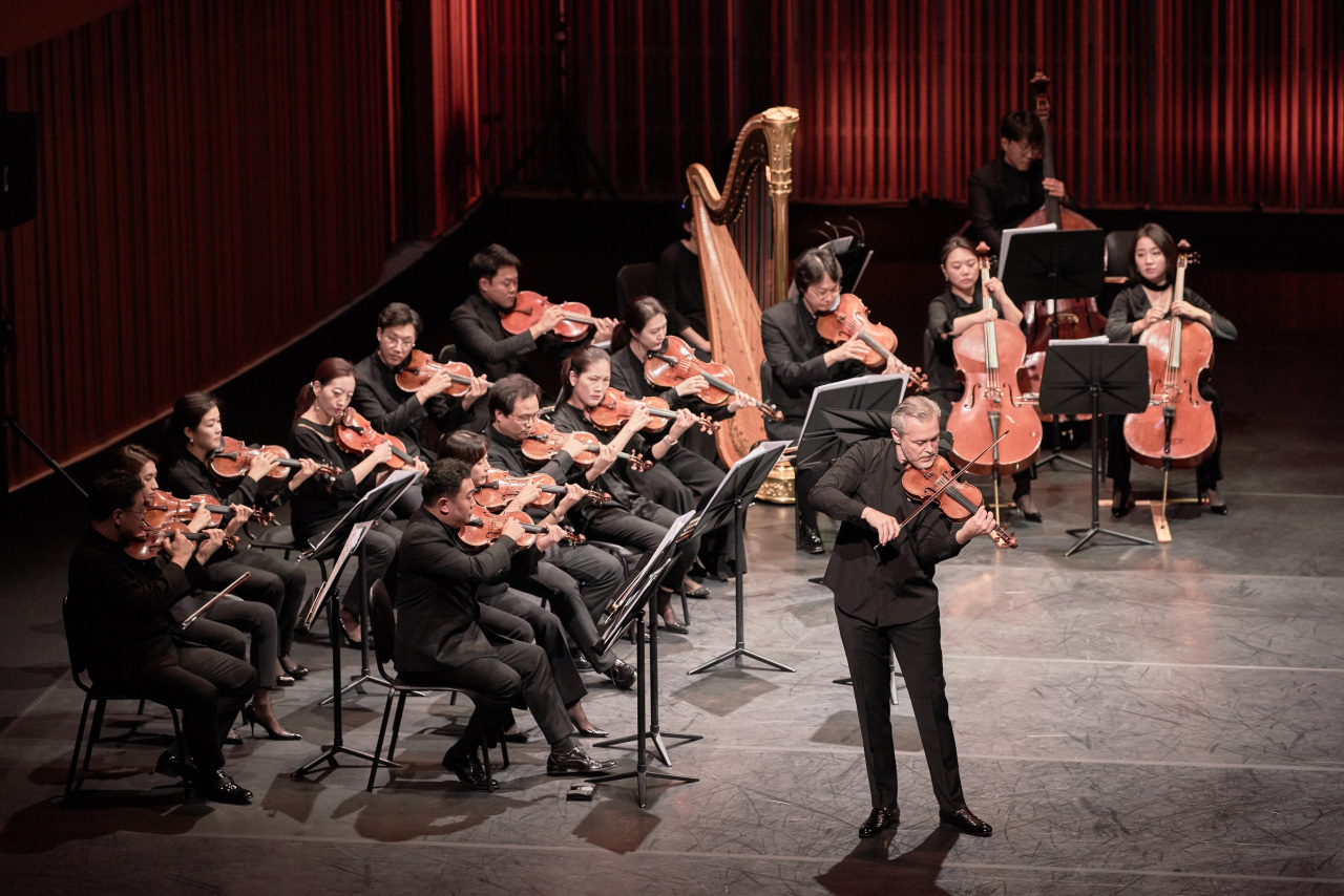 The Korean Chamber Orchestra and violinist Vadim Repin (right front) perform at the Lotte Concert Hall in October 2019. (Lotte Foundation for Arts)
