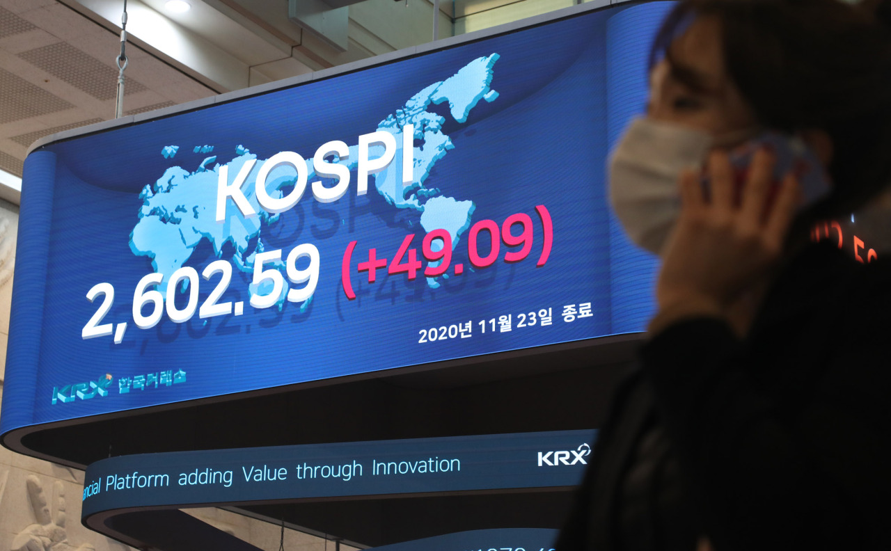 An electric board at the Korea Exchange shows Kospi hita record closing of 2,602.59on Monday, eclipsing the 2,598.19-point mark seen Jan. 29,2018. (KRX)